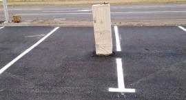 Drogowy absurd w Toruniu. Nietypowa przeszkoda na parkingu!