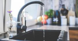 """Z kranu woda zdrowia doda? Sanepid ocenił jakość """"kranówki"""" w Toruniu"""