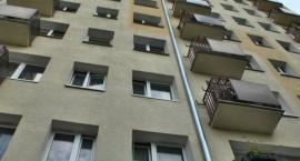 W Toruniu dziecko wypadło z okna mieszkania na trzecim piętrze!