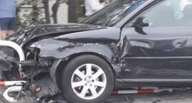 Na skrzyżowaniu w Toruniu samochód wjechał w barierki! [FOTO]