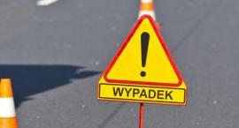 W Toruniu samochód uderzył w słup trakcji tramwajowej. Kierowca reanimowany!