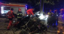 Śmiertelny wypadek w Toruniu. W nocy samochód wjechał w słup trakcyjny!