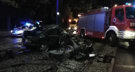 Tragiczny wypadek w Toruniu. Zmiażdżony samochód po uderzeniu w słup [FOTO]