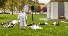 Niezwykła inscenizacja w Parku Pamięci. W Toruniu uczciliśmy pamięć ofiar zbrodni pomorskiej [FOTO]