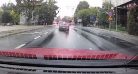 Deszcz, godziny szczytu i rażące złamanie przepisów na Grudziądzkiej [WIDEO]