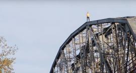 Wszedł na toruński most bez żadnych zabezpieczeń [WIDEO]