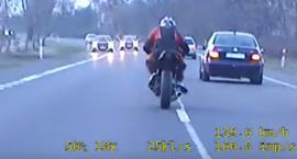 Policyjny pościg pod Toruniem. Brawurowa ucieczka motocyklisty bez uprawnień [WIDEO]