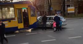 Wypadek w Toruniu. Samochód wjechał pod tramwaj [PILNE]