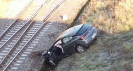 Groźny wypadek w Toruniu. Samochód spadł z wysokiej skarpy! [FOTO]