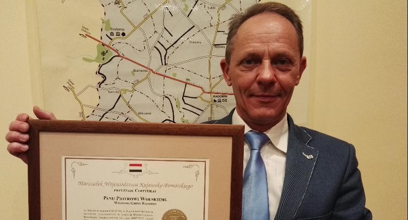 Urzędy, Wójt gminy Radomin certyfikatem - zdjęcie, fotografia