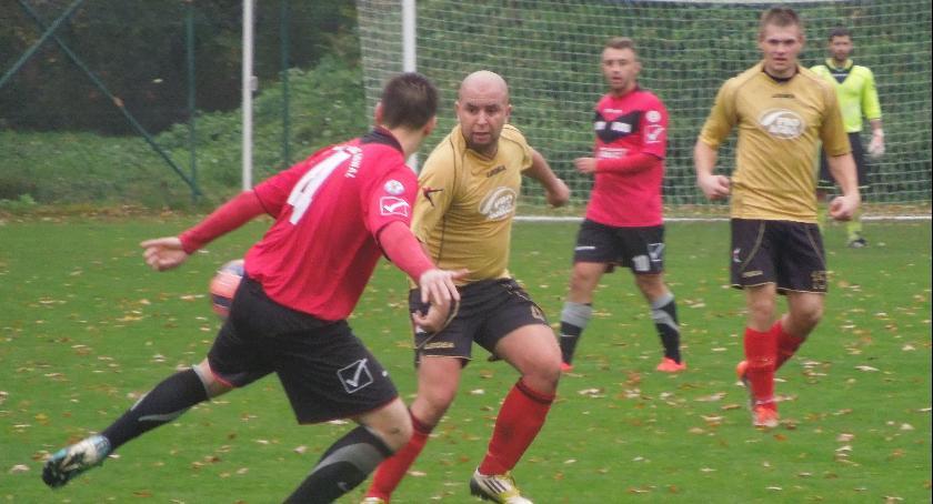 Piłka nożna, Sokół Radomin wznawia treningi - zdjęcie, fotografia