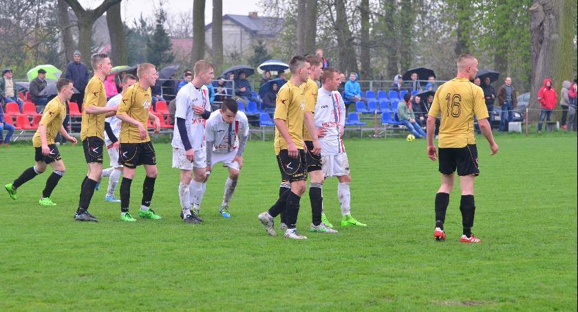 Piłka nożna, Remis Sokoła Radomin Toruniu - zdjęcie, fotografia