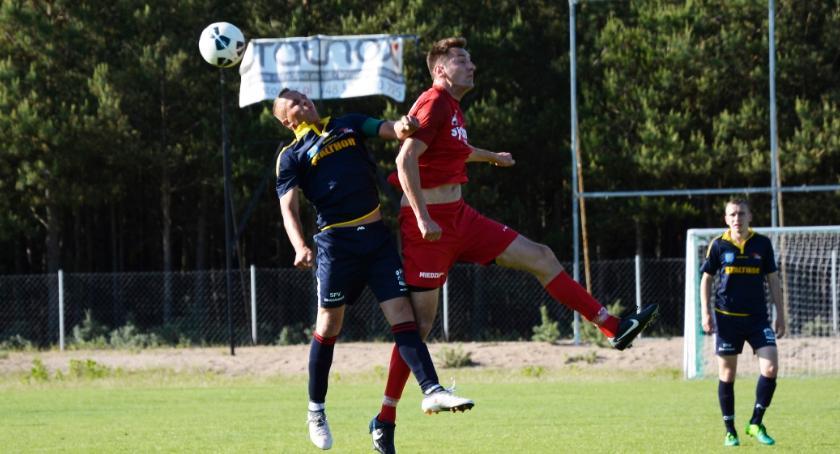 Piłka nożna, Iskra Ciechocin wygrywa derbach - zdjęcie, fotografia