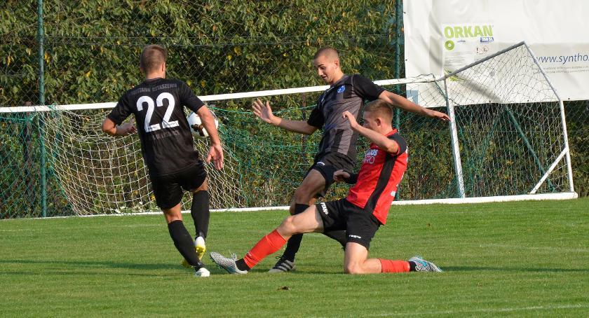 Piłka nożna, Sokół Radomin przegrywa końcówce - zdjęcie, fotografia