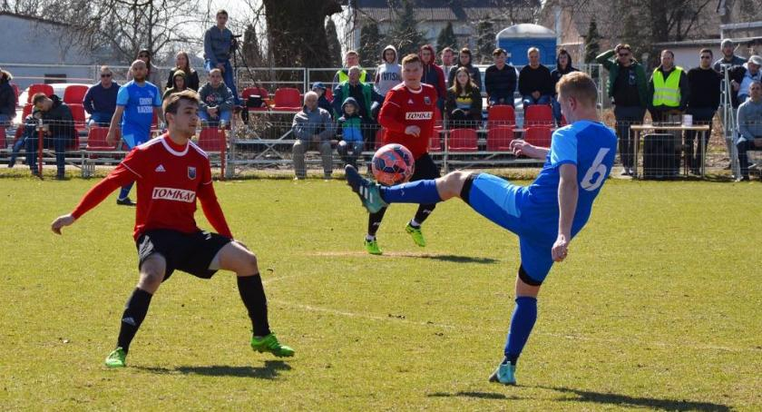 Piłka nożna, Sokół Radomin przegrywa skandalicznych okolicznościach - zdjęcie, fotografia