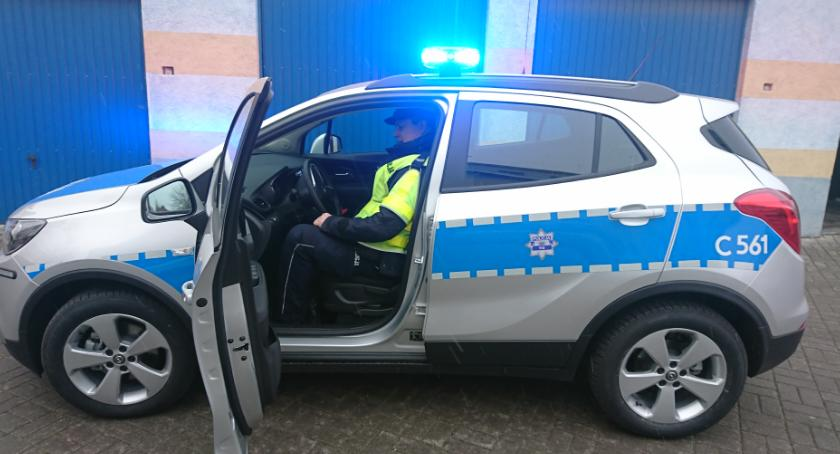 Komunikaty i profilaktyka, radiowóz policjantów - zdjęcie, fotografia
