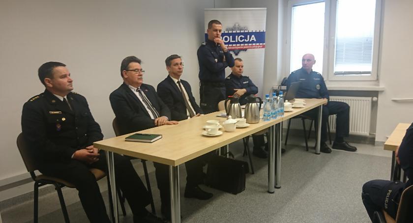 Komunikaty i profilaktyka, Zadowoleni pracy policji - zdjęcie, fotografia