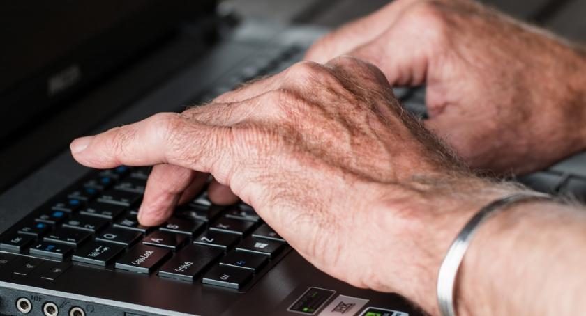 Edukacja, Komputer seniora - zdjęcie, fotografia