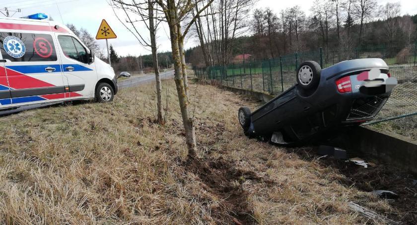 Wypadki, Wypadł drogi dachował - zdjęcie, fotografia