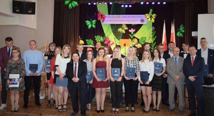 Edukacja, Pożegnali maturzystów - zdjęcie, fotografia