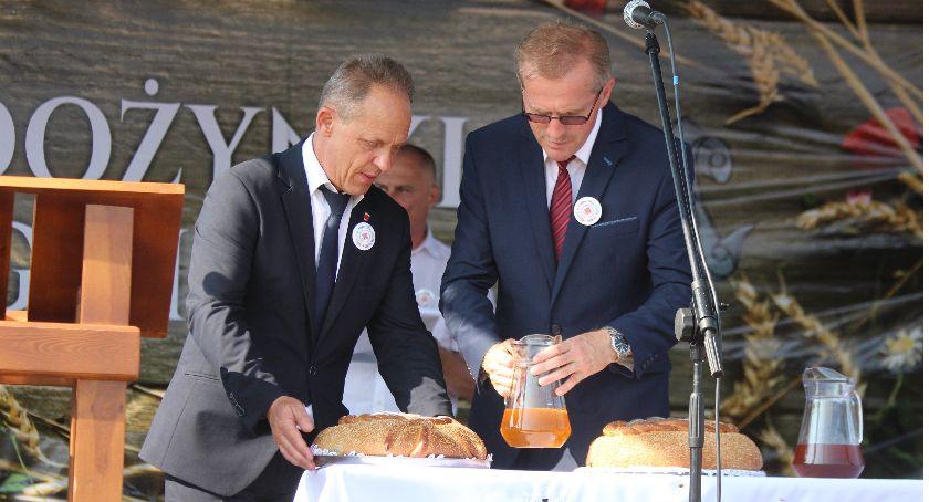 Zdjęcie przedstawia wójta gminy Radomin Piotra Wolskiego i Przewodniczącego Rady Gminy Radomin Zbigniewa Fodrowskiego z symbolicznym chlebem i miodem.