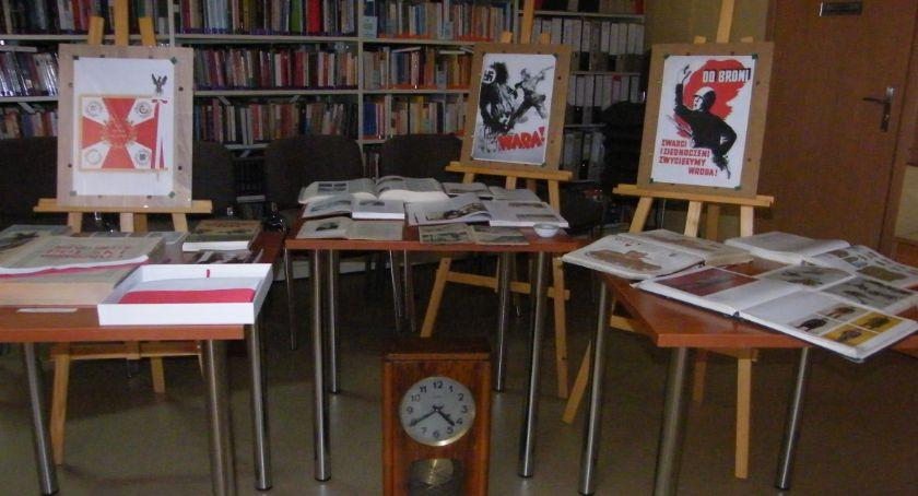 Biblioteki, Patriotyczna wystawa - zdjęcie, fotografia