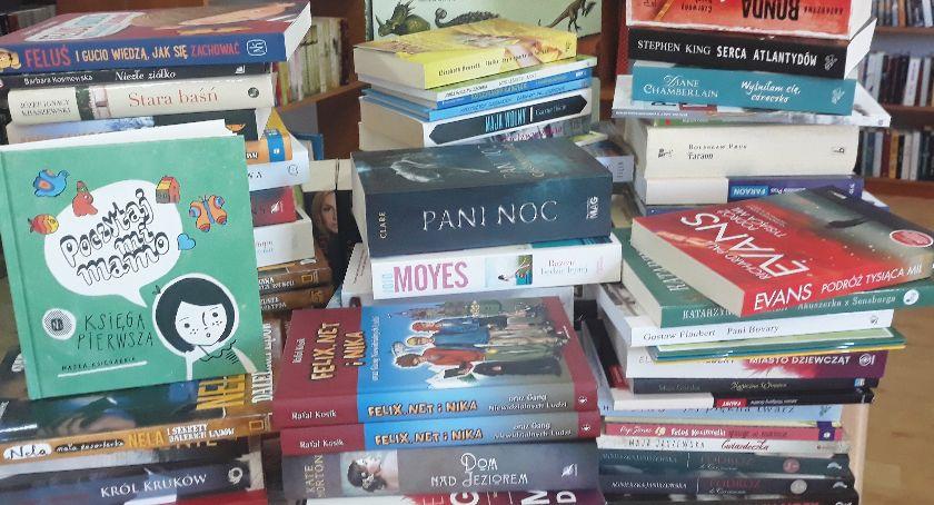 Biblioteki, Góry książek czytania - zdjęcie, fotografia