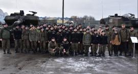 Uczniowie z gimnazjum w Gałczewie z żołnierzami