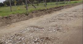 Potok wymywa drogę