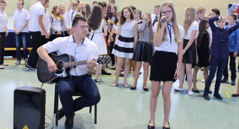 Oświata, Pożegnanie szóstoklasistów - zdjęcie, fotografia