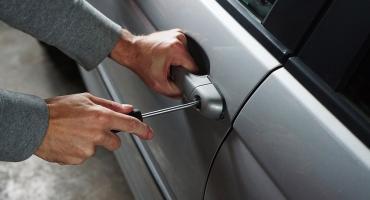 Złodziej zatrzymany na gorącym uczynku przez właściciela okradanego auta