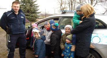 Przedszkolaki pod wrażeniem wizyty dzielnicowego