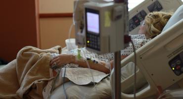 Jak prawidłowo opiekować się osobą obłożnie chorą? Warto zapewnić jej maksymalnie komfortowe warunki
