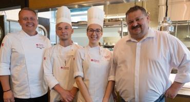Najpierw brali udział w konkursie kulinarnym. Potem pojechali na praktyki do Karola Okrasy