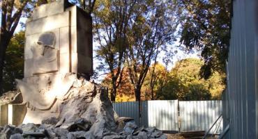 Ruszyła rozbiórka pomnika w parku Skaryszewskim