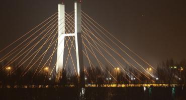 Spadające z mostu Siekierkowskiego płaty śniegu uszkodziły kilka samochodów