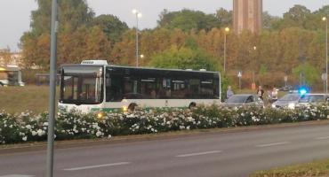 Kolizja samochodu osobowego z autobusem na ul. Jana Pawła