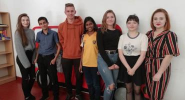 Uczyli się angielskiego z wolontariuszami AIESEC. Anousha z Indii i Jasin z Algierii gościli w ILO