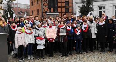 STO dla Niepodległej. Patriotyczne wstążeczki dla przechodniów i wspólne wykonanie hymnu