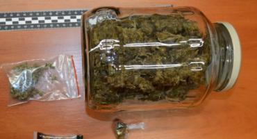 Marihuana schowana w szafie. Policjanci w Szczecinku zabezpieczyli znaczną ilość narkotyku