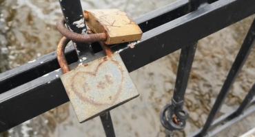 Jak wyrazić swoją miłość? Najlepiej... kłódką na parkowym mostku