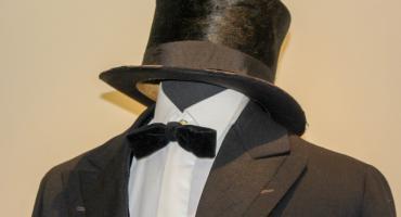 Koszula z krawatem zmieniana cztery razy dziennie. Męskie rzeczy na wystawie w Muzeum Regionalnym