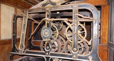 Zegar, który patrzy z góry na Szczecinek