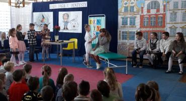 Baba Jaga u dentysty. Dzieci z SP5 w Szczecinku wiedzą, jak dbać o zęby