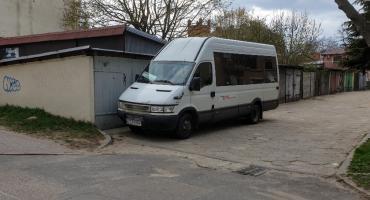 Bus PKS Szczecinek znów blokuje wjazd do garaży. Lokatorzy proszą o litość