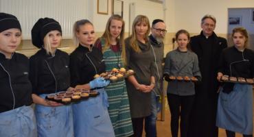 Warsztaty cukiernictwa. Młodzież piecze dla hospicjum