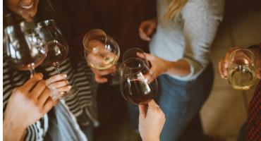 """Gadka na domówce się """"nie klei""""? 8 alkoholowych gadżetów, które rozkręcą każdą imprezę!"""