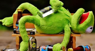 Mocne picie na Dzień Dziecka. Nastolatek bełkotał, kobieta leżała z opuszczonymi spodniami