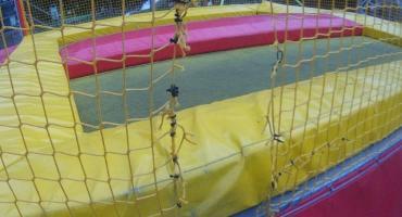 Poszli na wagary i... nożyczkami pocięli trampolinę