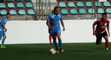 Karol Jabłoński zdobywa bramkę w meczu Błękitnych
